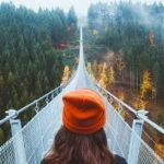 une femme devant un pont