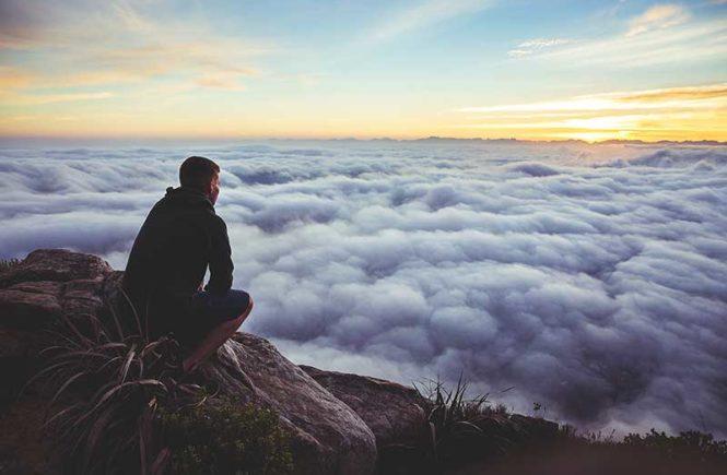 un homme assis au-dessus des nuages