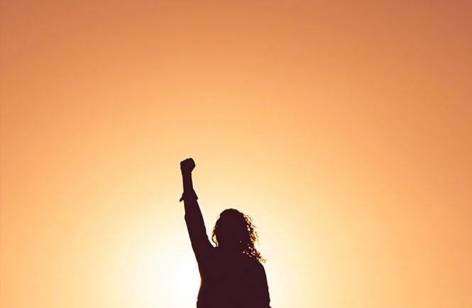 une femme lève le poing