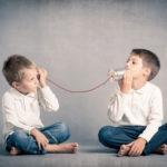 deux enfants qui parlent et écoutent