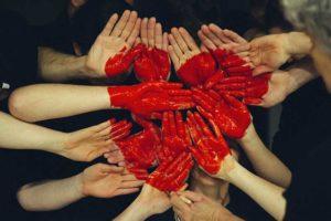 mains jointes avec dessin de coeur