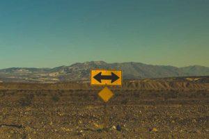 paysage avec panneau avec flèches