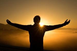 homme qui ouvre les bras lever de soleil