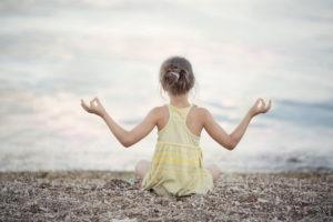 fille qui tend les mains méditation