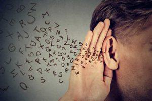 main sur oreille qui écoute